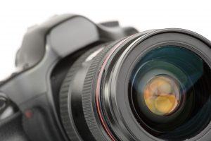 Appareil photo numérique avec objectif isolé sur fond blanc
